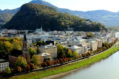 Österrikiska fjällängar och Salzach flod från Salzburg, Österrike i höst Royaltyfri Foto