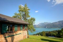 Österrikiska fjällängar: Sikten från alpint betar till sjön Attersee, Salzburger land, Österrike royaltyfri fotografi