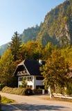 Österrikiskt hus i bergby Royaltyfri Bild