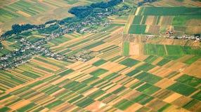 Österrikiskt landskap som ses från en nivå Arkivfoto