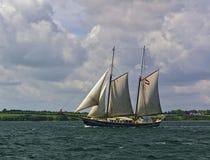 Östersjön Danmark - Juli 1st, 2012 - holländskt seglingskepp med den gröna kusten i bakgrunden Royaltyfri Fotografi
