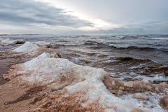 Östersjön på en kall vinterafton Arkivfoto