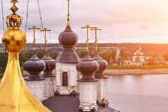 Östliche orthodoxe Kreuze auf Goldhauben, Kuppeln, gegen blauen Himmel mit Wolken lizenzfreie stockfotos