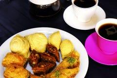 Östliche türkische Bonbons Baklava und Tasse Kaffee Stockbild