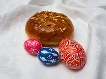 Östliches traditionelles Geschenk: panierter Kuchen und gemalte Eier Lizenzfreie Stockfotografie