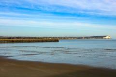 Östlig arm av den New Haven hamnen som across ser till Seaford och det beachy huvudet Sussex Arkivfoto