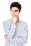 Östlig asiatisk koreansk studiostående för ung man Arkivfoton