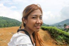 Östlig asiatisk kvinna för blygsam sout, flicka som poserar yttersidan i natur Royaltyfri Fotografi