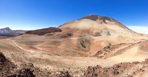 Östlig flank av Montana Blanca med Teide på Tenerife royaltyfri bild