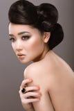 Östlig flicka med den ovanliga frisyren Arkivbild