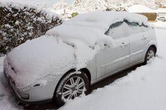 ÖSTLIG GRINSTEAD, VÄSTRA SUSSEX/UK - JANUARI 7: Bil som täckas i snö Arkivfoton