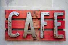 ÖSTLIG GRINSTEAD, VÄSTRA SUSSEX/UK - JUNI 17: Kafét undertecknar in östliga Gri Royaltyfri Fotografi