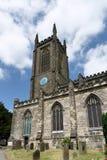 ÖSTLIG GRINSTEAD, VÄSTRA SUSSEX/UK - JUNI 17: Kyrka I för St Swithun ` s Royaltyfri Fotografi