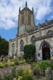 ÖSTLIG GRINSTEAD, VÄSTRA SUSSEX/UK - JUNI 17: Kyrka I för St Swithun ` s Arkivfoton