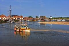 Östlig hastig bred flodmynning och kaj, Brunn-nästa- hav, Norfolk, England arkivfoton