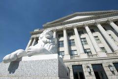 Östlig ingång för Utah statKapitolium med Lion On Left Royaltyfri Foto