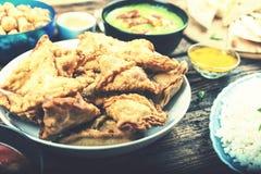 Östlig kokkonst som är aptitretande, samosa, indier, pakistanier, Banglade royaltyfria bilder
