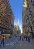 Östlig 42nd gata och Madison Avenue och Chrysler byggnad Arkivbild