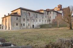 Östlig sida av abbotskloster och byn av Morimondo, Milan, Italien Royaltyfri Fotografi