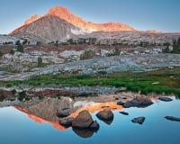 Östlig toppig bergskedja reflexion Arkivbild