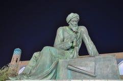 Östlig vis man för skulptur mot den stjärnklara himlen Arkivfoton