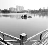 Östliga asiatiska östliga landskappaviljonger, terrasser och öppen waterscape för korridorvårpil bevattnar den dimmiga strandkant Royaltyfri Fotografi