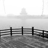 Östliga asiatiska östliga landskappaviljonger, terrasser och öppen waterscape för korridorvårpil bevattnar den dimmiga strandkant Arkivfoto
