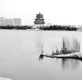 Östliga asiatiska östliga landskappaviljonger, terrasser och öppen waterscape för korridorvårpil bevattnar den dimmiga strandkant Royaltyfri Bild