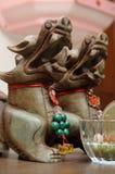 Östliga asiatiska mytiska statyetter på skärm Royaltyfri Fotografi