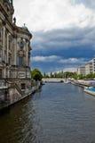 Östliga Berlin med festfloden Royaltyfri Foto