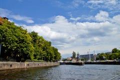 Östliga Berlin med festfloden Arkivfoto