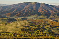 Östliga Beskids i höst. Carpathian berg Arkivfoto