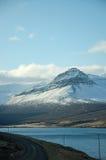 Östliga fjordar, blått hav, snöberg, Island Fotografering för Bildbyråer