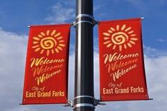 Östliga Grand Forks, Minnesota som välkomnar banret i rött royaltyfri fotografi