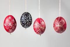 Östliga handgjorda traditionella ägg som hänger på rep Fotografering för Bildbyråer