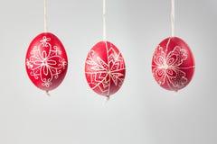 Östliga handgjorda traditionella ägg som hänger på rep royaltyfri foto