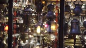 Östliga kannor står på en hylla i en turk shoppar lager videofilmer