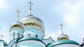Östliga ortodoxa kors på guld- kupolkupoler mot blå molnig himmel stock video
