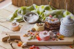 Östliga sötsaker med kanderade frukter, muttrar och sockerpulver Fotografering för Bildbyråer