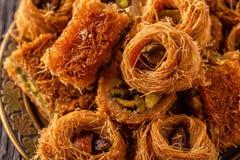 Östliga sötsaker på den gamla trätabellen Royaltyfri Foto