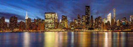 Östliga skyskrapor för Midtown från Eastet River på skymning stad New York Arkivbild