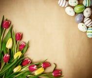 Östligt ägg, tulpan på brunt inpackningspapper royaltyfri bild