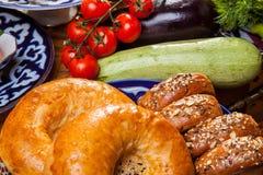 Östligt bröd med grönsaker royaltyfri fotografi