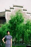 Östligt cheongsamkvinnaanseende i morTau-vägg royaltyfri foto