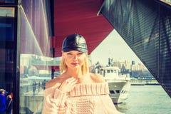 Östligt - europeisk kvinnaresande i New York arkivfoton