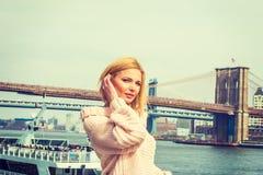 Östligt - europeisk kvinnaresande i New York arkivfoto