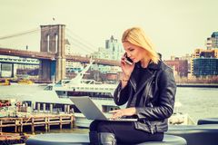 Östligt - europeisk kvinnaresande som arbetar i New York royaltyfria foton