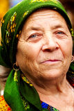 östligt - europeisk lycklig hög leendekvinna royaltyfri foto