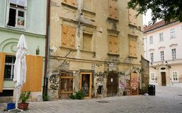 Östligt - europeisk otvungenhet och övergiven i stadens centrum byggnad arkivbild