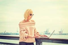 Östligt - europeisk resande för affärskvinna som arbetar i New York royaltyfri bild